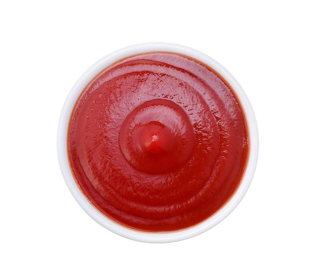 Чаша кетчупа или томатного соуса, изолированные на белом, вид сверху
