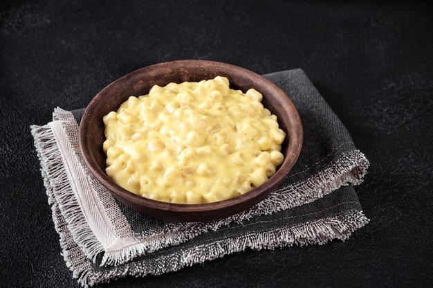 黒いテーブルにマカロニとチーズのボウル