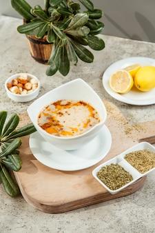 乾燥ハーブとレモン添え肉スープのボウル