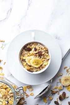 朝食用の全粒粉とミルクのボウル。ドライフルーツとドライフルーツのミューズリー。