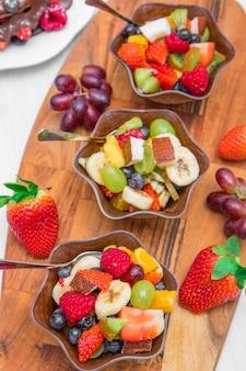 혼합 및 열대 과일 그릇