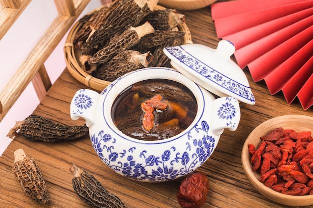 Тарелка морчеллы и черный куриный суп