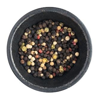 Чаша разноцветных горошин перца или сухой перечной смеси, изолированные вид сверху