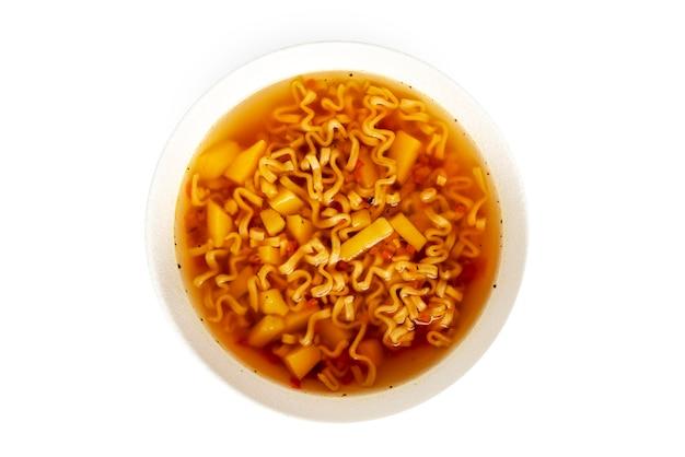麺のボウル、カップのヌードルスープ、白い背景で隔離のアジア料理白いボウルのスープ。高品質の写真