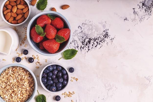 Чаша овсянки с ягодами и миндалем