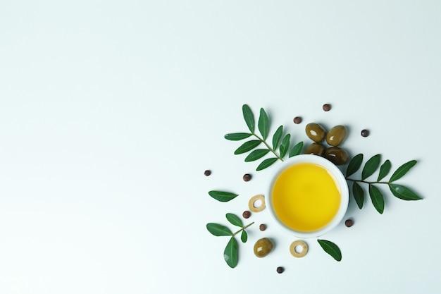 흰색에 기름, 올리브와 나뭇 가지의 그릇