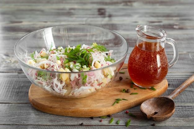 オクローシカ、kvasと伝統的なロシアの冷たいスープのボウル