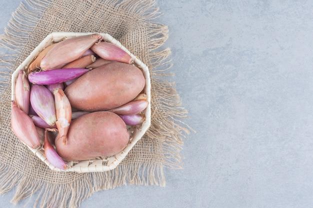 有機新鮮な野菜のボウル。じゃがいもと赤いオニノン