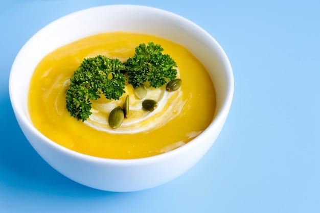 녹색 잎과 호박 수프 그릇입니다. 평면도