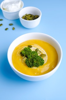 緑の葉とカボチャのスープのボウル。上面図