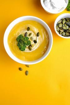 녹색 잎과 호박 수프 그릇
