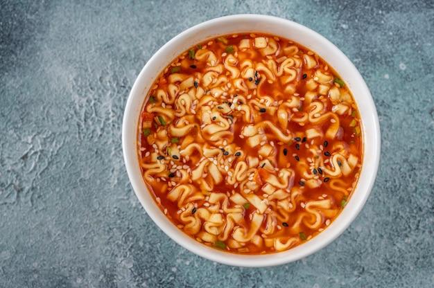 ラーメン ボウル - 日本のヌードル スープ: トップ ビュー
