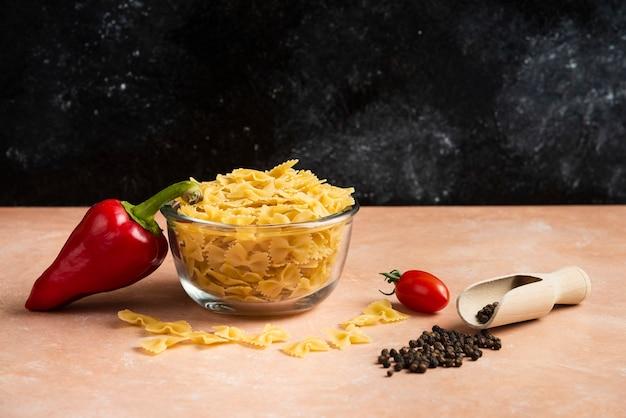 원시 파스타, 고추 곡물 및 오렌지에 신선한 야채 그릇.