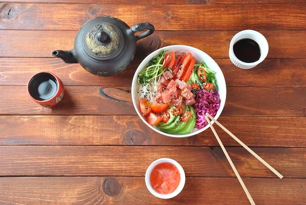 Чаша борщ суп из красной свеклы с белыми сливками на сером фоне деревенском. смотреть.