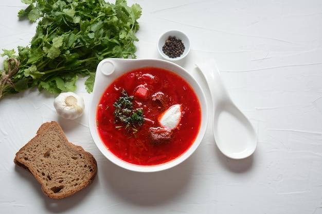 Чаша супа из красной свеклы борщ с белыми сливками