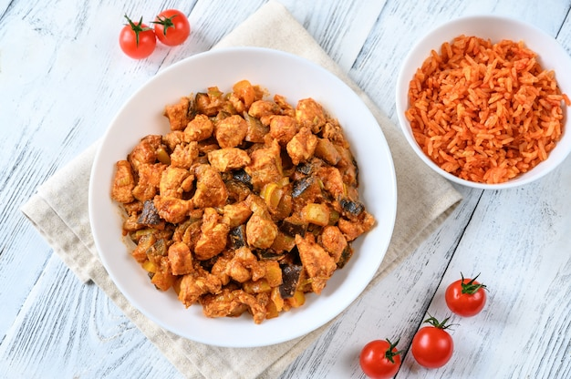 빨간 치킨 카레 그릇