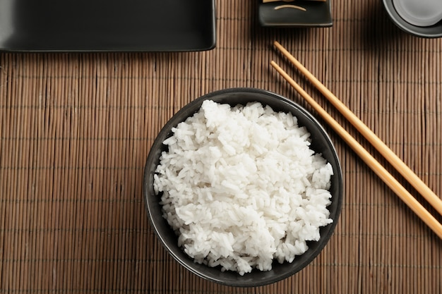 竹マットの上に丼と箸