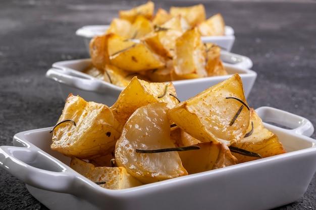 로즈마리와 함께 소박한 튀김과 구운 감자 한 그릇.