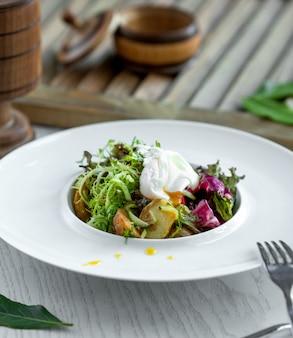 Чаша из салата с жареным картофелем, рукколой, огурцом, салатом и йогуртом