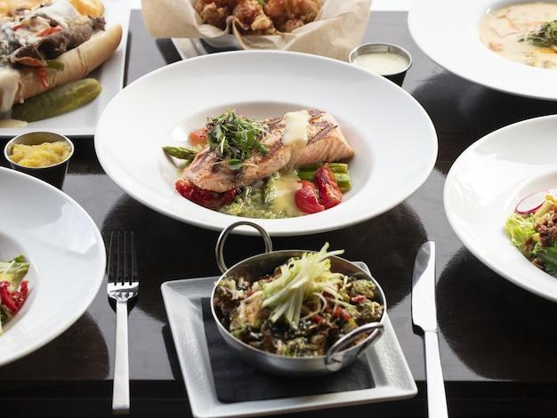 나무 표면에 야채와 연어 생선 그릇