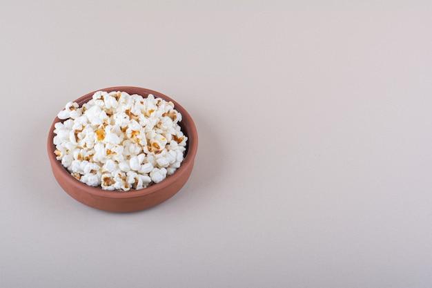 白い背景の上の映画の夜のための塩味のポップコーンのボウル。高品質の写真 無料写真