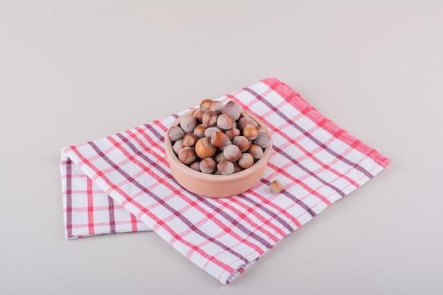 껍질을 벗긴 유기농 헤이즐넛이 담긴 그릇