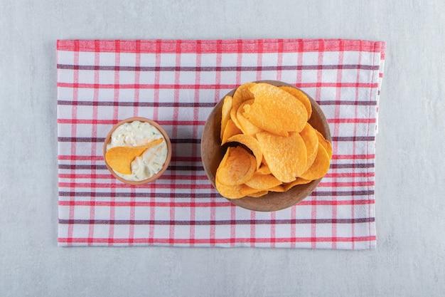 돌에 매운 감자 칩과 특별 소스의 그릇.