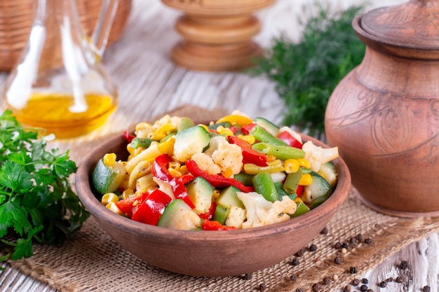 蒸した新鮮な冷凍混合野菜のボウル