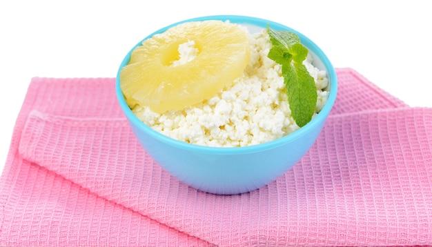 파인애플, 흰색 절연 맛있는 코티지 치즈 그릇