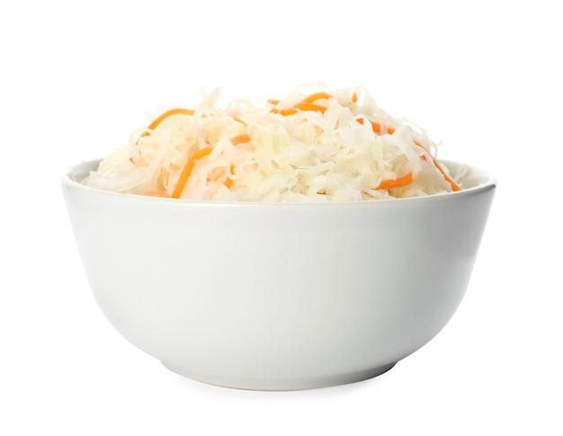 Чаша вкусной квашеной капусты, изолированные на белом фоне