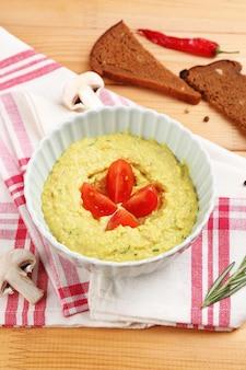 Чаша вкусного свежего хумуса, крупным планом