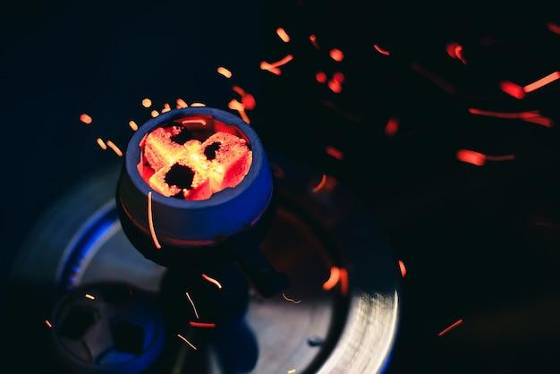 赤い熱い石炭と水ギセルのボウル