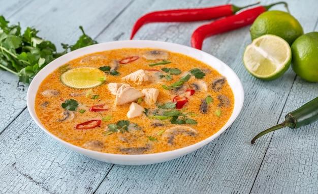 トムカーガイのボウル-タイのチキンココナッツスープ