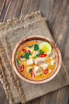 トム カー ガイのボウル - タイ風チキン ココナッツ スープ