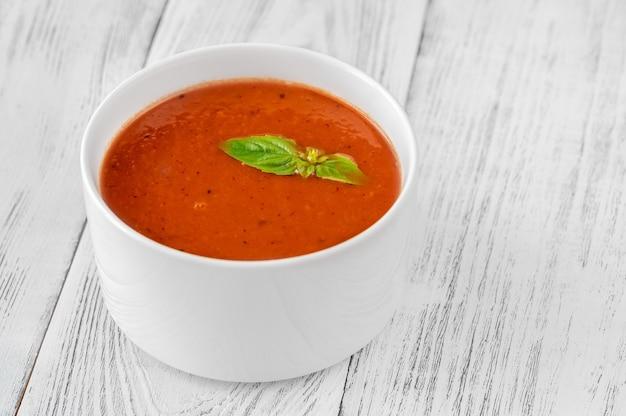 나무 테이블에 토마토 크림 수프 그릇
