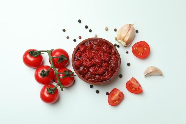 토마토 페이스트, 토마토, 후추, 마늘 흰색 배경에 그릇