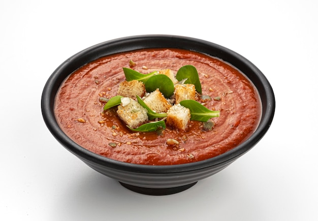 흰색 배경에 고립 된 토마토 수프 그릇