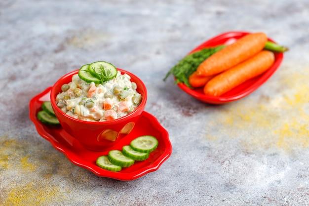 전통적인 러시아 샐러드 그릇입니다.