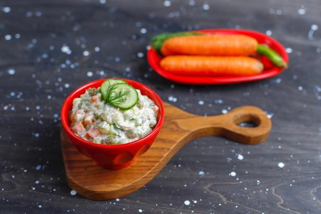 伝統的なロシア風サラダのボウル。