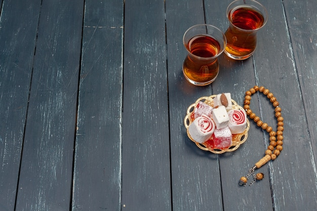 Чаша традиционного турецкого лукума крупным планом