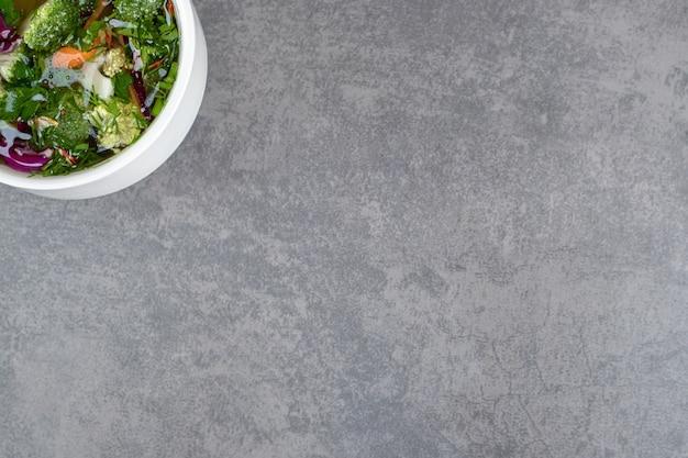 Чаша овощного супа на мраморном фоне. фото высокого качества