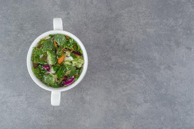 大理石の背景に野菜スープのボウル。高品質の写真