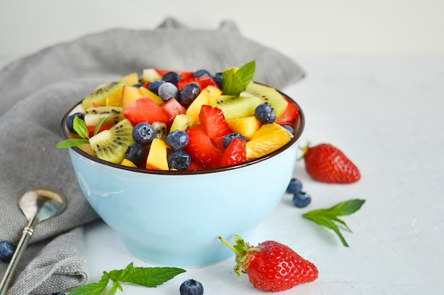 Чаша вегетарианский салат из свежих фруктов разных фруктов