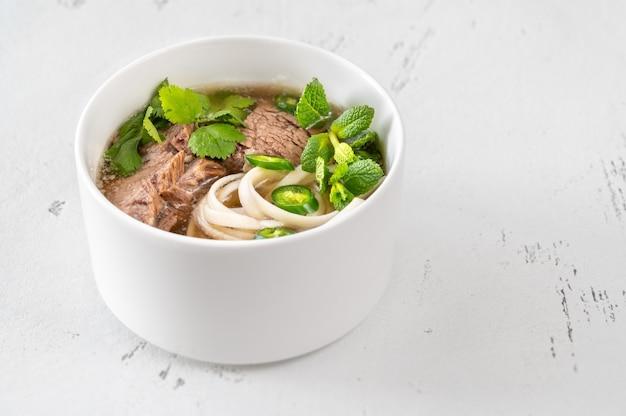 Чаша вьетнамского супа из говядины фо (фо бо)