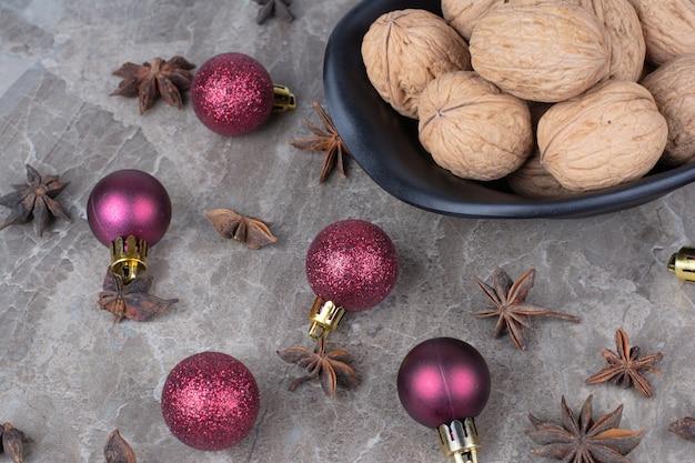 정 향과 크리스마스 공 호두의 그릇입니다.