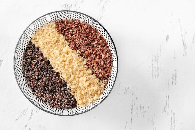 白、赤、黒の調理済みキノアのボウル