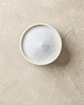 베이지색 테이블 배경에 흰색 설탕 그릇, 위쪽
