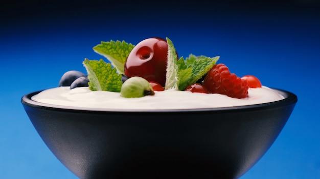 Чаша из йогурта с лесными ягодами: клубника, черника, малина