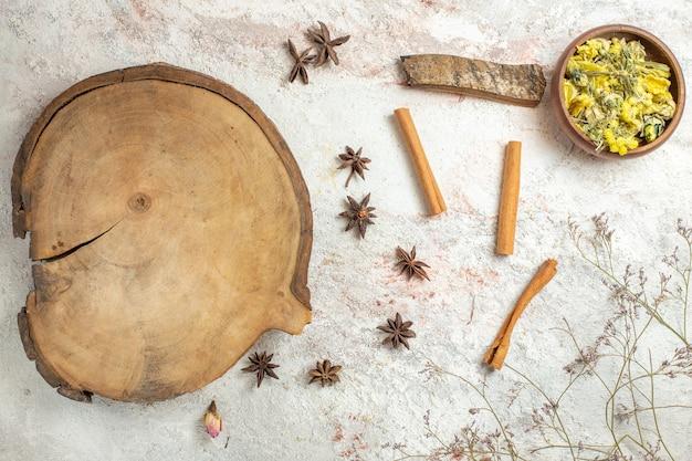 Ciotola di palma con anice stellato e bastoncini di cannella intorno