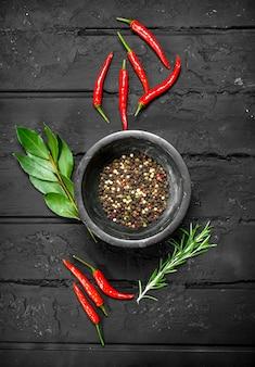 뜨거운 붉은 고추, 베이 리프, 로즈마리와 그릇 후추 완두콩.